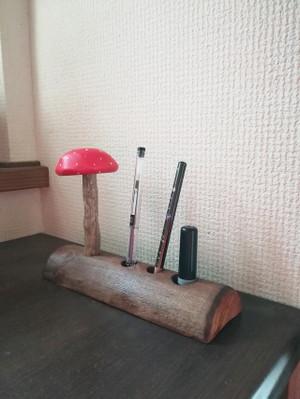 日本海の贈りもの 流木きのきのこハンコ立てペン立て丸太バージョン赤1 2018d4 - きりたんぽ流木インテリア日記